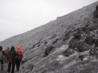 うっすら雪が積もった富士山